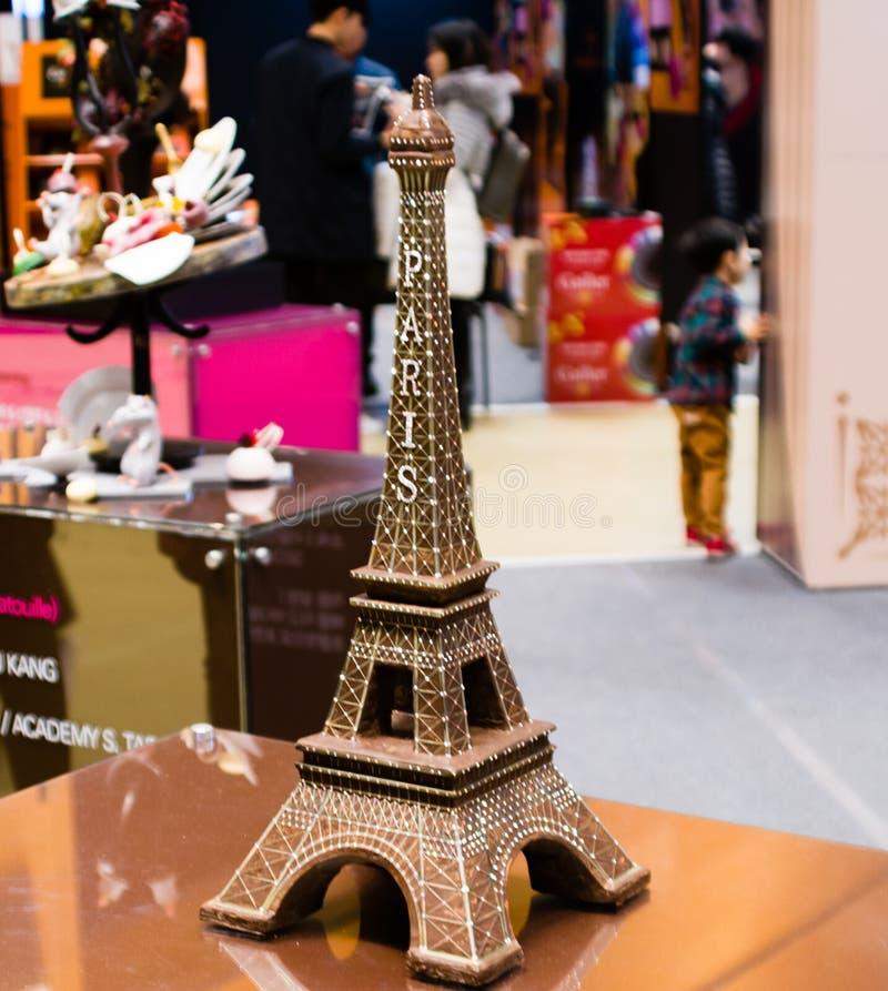 Reproducción de la torre Eiffel hecha del chocolate oscuro fotografía de archivo