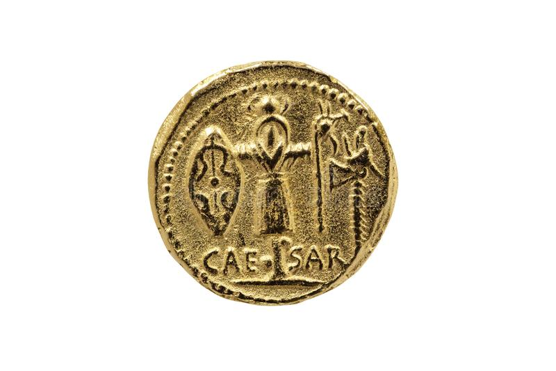 Reproducción de Roman Aureus Gold Coin de Julius Caesar con un trofeo de brazos gálicos imagen de archivo