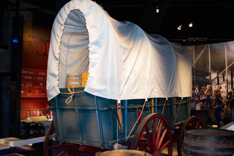 Reproducción del carro cubierto en el museo del arco de la entrada fotografía de archivo