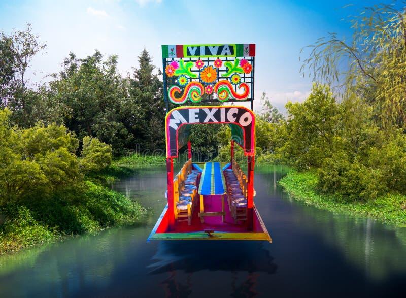 Reproducción del modelo de escala de un trajinera mexicano en el agua foto de archivo libre de regalías