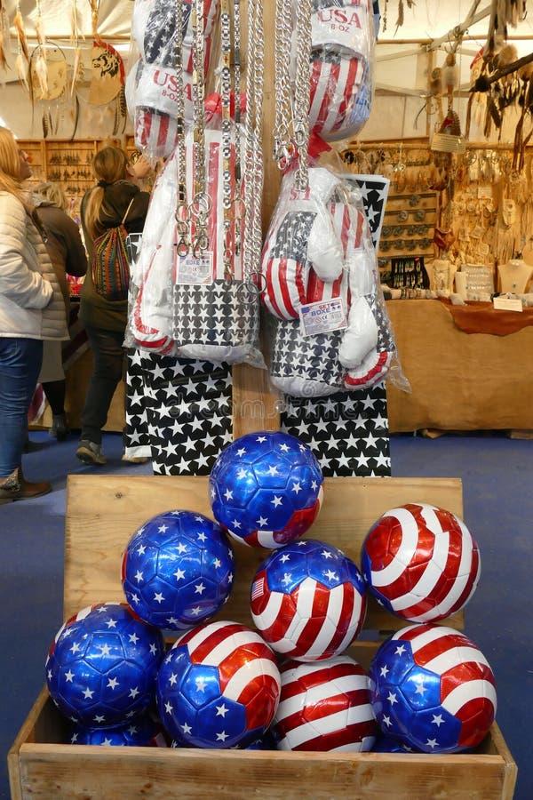 Reproduction de drapeau des Etats-Unis sur des ballons de football et des gants de boxe images libres de droits