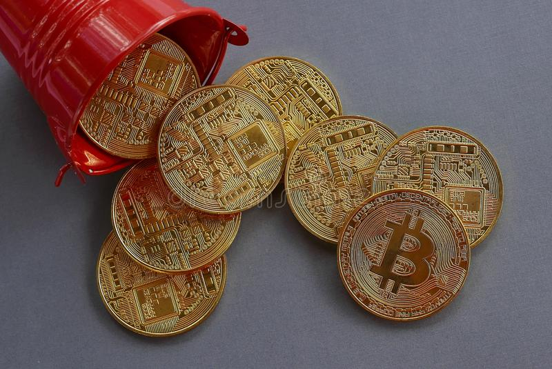 Reproduction de la chute d'or de bitcoin de la pile rouge Fond gris Concept d'affaires et de finances photos stock
