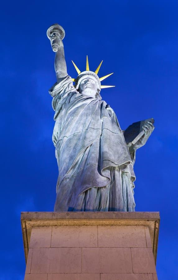 Reproduction de la statue de la liberté à Paris photo stock