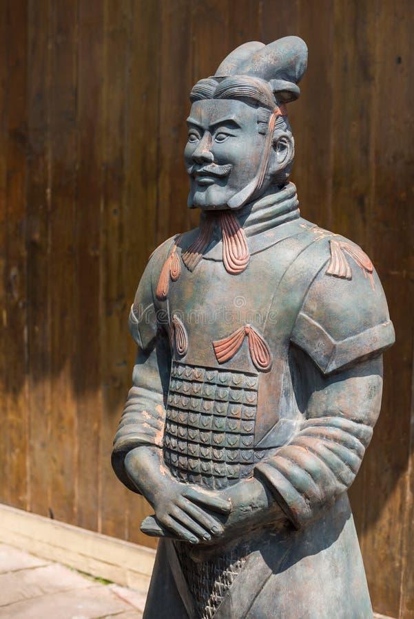 Reproduction de statue de soldat d'armée de terre cuite dans une rue d'Anren photos libres de droits