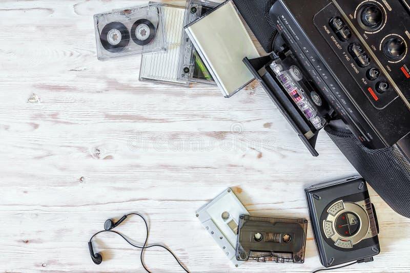 Reproductor de casete, grabadora y cinta de audio en vagos de madera foto de archivo