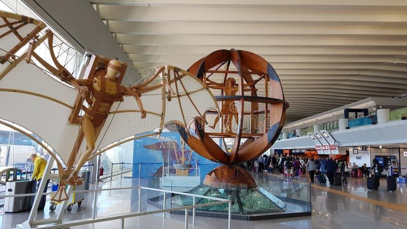Reproduktion av några arbeten av Leonardo da Vinci inom terminalen, Rome Fiumicino internationell flygplats italy rome arkivbilder