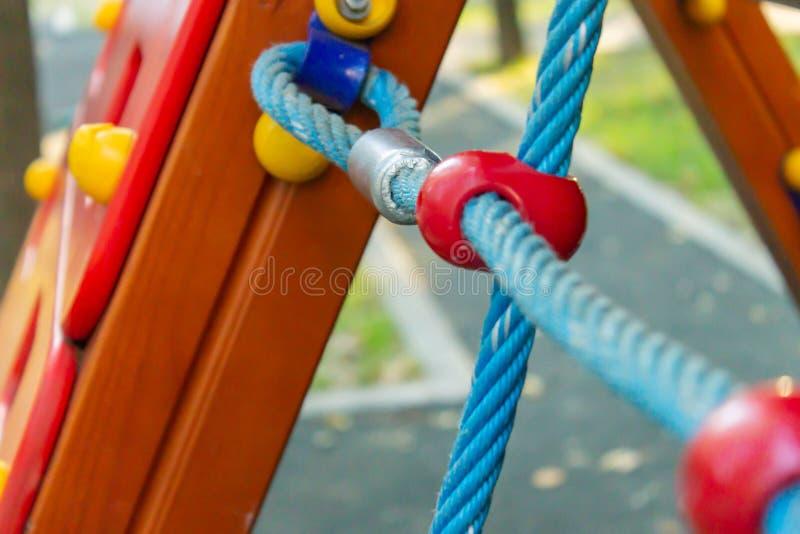 Repstege på lekplatsen för barn` s, selektiv fokus arkivbild