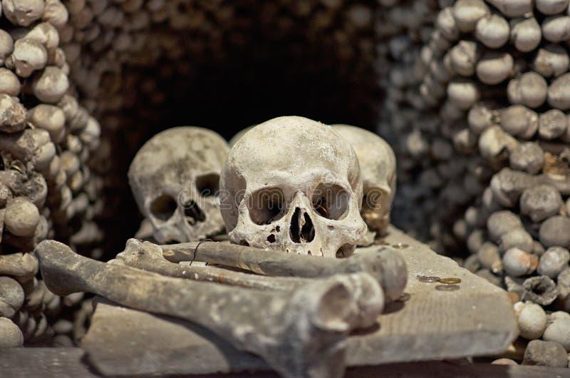 Repubblica ceca Crani ed ossa nell'ossario in Kutna Hora 14 giugno 2016 fotografia stock
