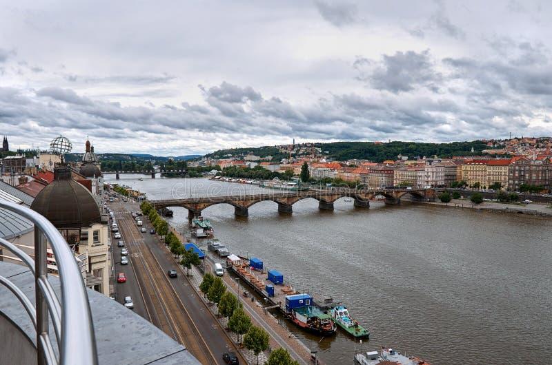 Repubblica ceca Ponti di Praga sul fiume della Moldava 17 giugno 2016 fotografia stock libera da diritti
