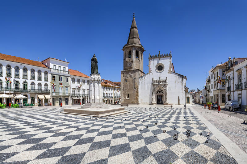 Republica-Quadrat in Tomar mit Sao Joao Baptista Church lizenzfreie stockfotografie