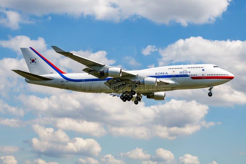 Republiek Korea Luchtmacht ROKAF Boeing 747-400 10001 passagiersvliegtuig met Zuidkoreaanse voorzitter aan boord van het landen i stock afbeeldingen