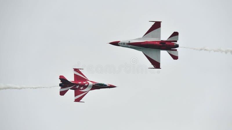 Republik av svarta riddare för Singapore flygvapen som (RSAF) utför konstflygning i deras F-16 på Singapore Airshow arkivfoton