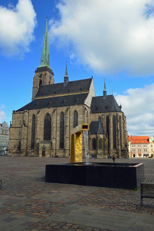 Republik-Quadrat goldenes Brunnen und St. Bartholomew Cathedral Nà ¡ mÄ› stà Republiky Plzen, Tschechische Republik Pilsens lizenzfreie stockfotografie