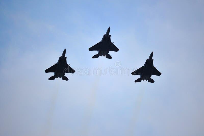 Republik Singapurs-Luftwaffe F15-SG, die eine Luftparade während durchführt Wiederholung 2013 der Nationaltag-Parade-(NDP) lizenzfreie stockbilder
