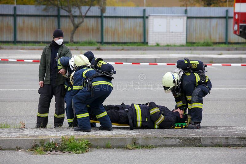 REPUBLIKA CZECH, PLZEN, 30 WRZESIEŃ, 2015: Drużyna ratownicza strażacy zdjęcie stock