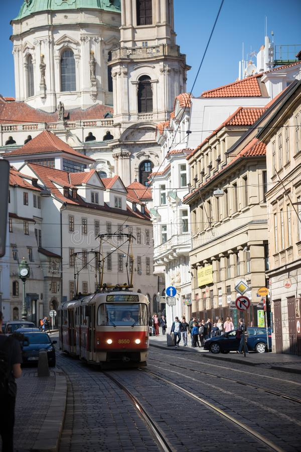 Republika Czech, Praga 16-04-2019: ludzie chodzi na ulicach lokalna tramwajowa jazda na poręczach zdjęcia stock