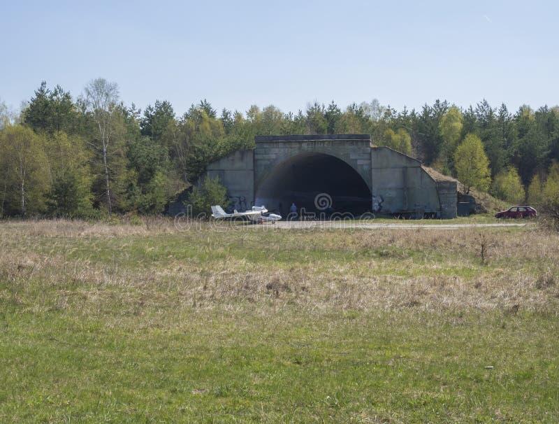 Republika Czech, Ralsko, Kwiecień 26, 2019: poprzedni Radziecki wojsko betonu schronienie, słuzyć jako hangar na lotnisku przy po obraz royalty free