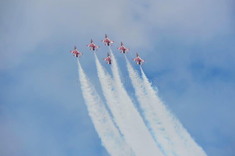 Republika Singapur siły powietrzne Czarni rycerze wykonuje aerobatics przy Singapur Airshow (RSAF) obraz stock