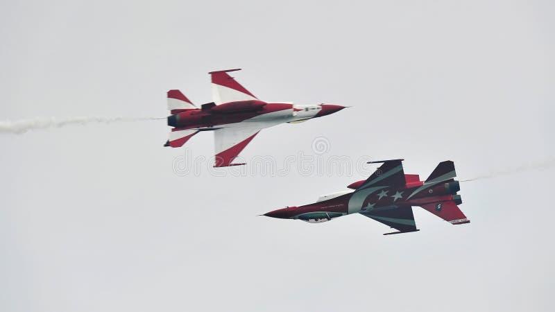 Republika Singapur siły powietrzne Czarni rycerze wykonuje aerobatics w ich F-16s przy Singapur Airshow (RSAF) obraz royalty free