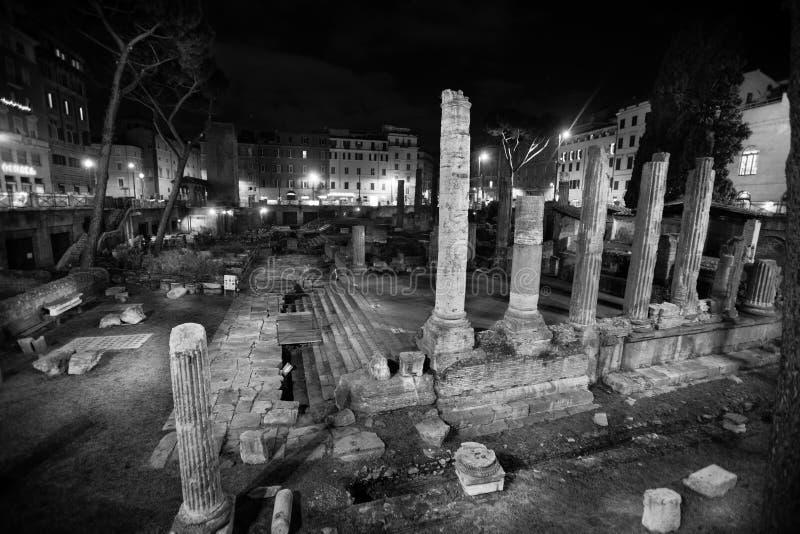 Republikanska romerska tempel och restna av den Pompeys teatern royaltyfri bild