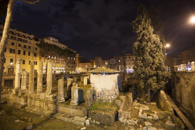 Republikanska romerska tempel och restna av Pompeys teater arkivfoto