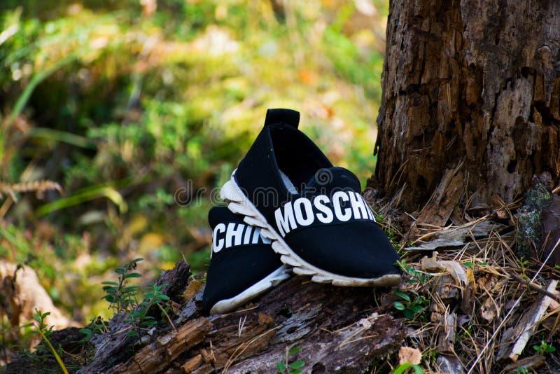 Republiken av Mari El, Ryssland - skor för September 16, 2018 man` s, Moschino unisex- skor royaltyfri fotografi