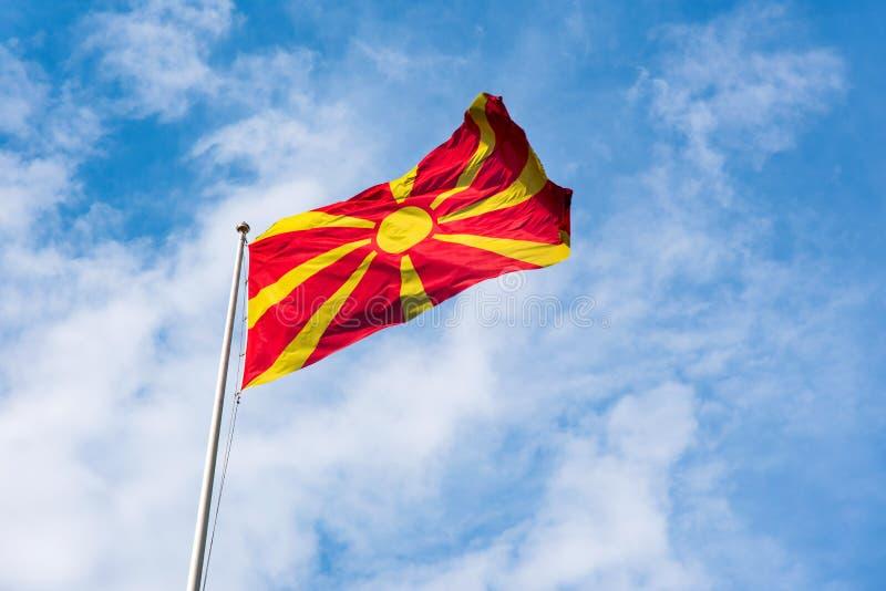 Republiken Makedonien flagga som vinkar i himlen royaltyfria foton