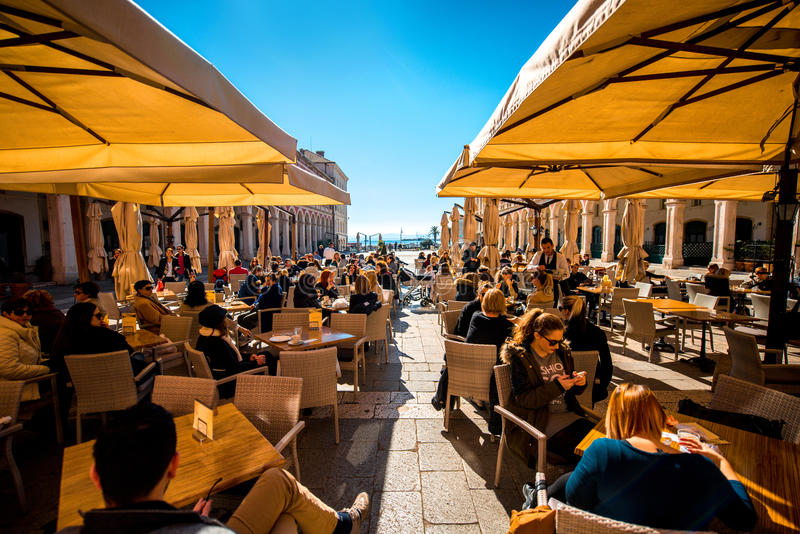 Republikquadrat in der Spalte mit den Restaurants voll von stockfotografie