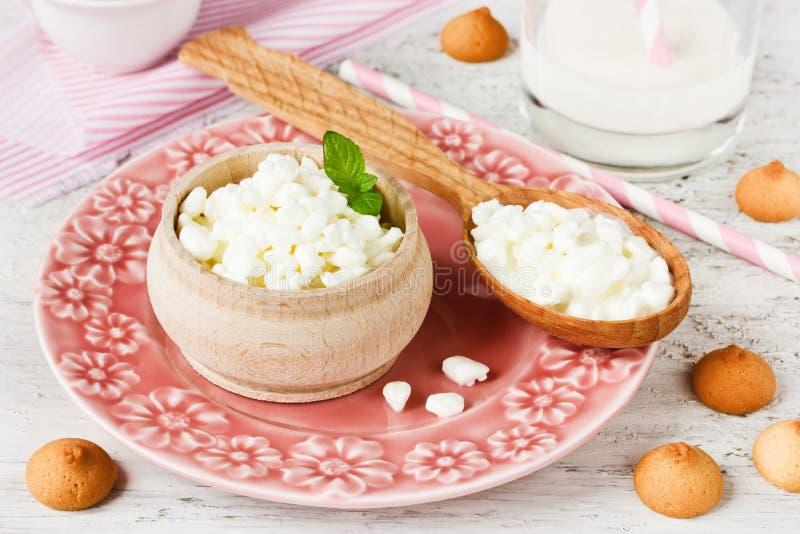 Requeijão, leite e cookies pequenas para o café da manhã foto de stock royalty free