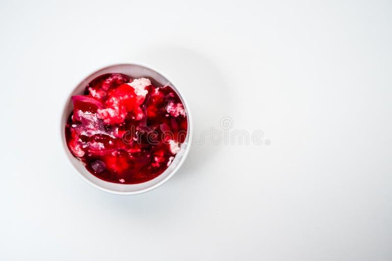 Requesón apacible con el atasco de cereza en el cuenco blanco imagen de archivo