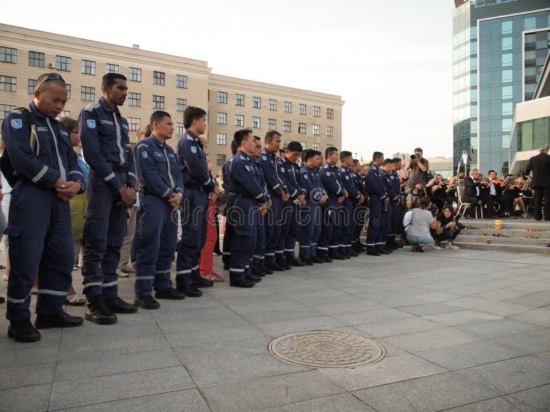 Requiems pour les victimes du vol MH17 Une équipe de secours spéciale de secours en cas de catastrophe de Malaisie photo stock