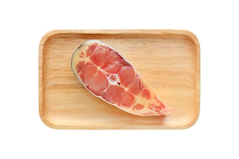 Requin iridescent frais découpé en tranches ou poisson-chat rayé du plat en bois d'isolement sur le fond blanc images libres de droits