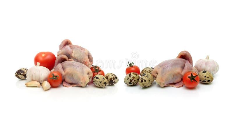 Res muerta, verduras y huevos de las codornices en un fondo blanco fotos de archivo