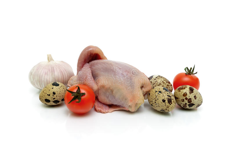 Res muerta, verduras y huevos de las codornices en un fondo blanco fotografía de archivo