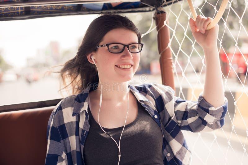 Resa Asien Ung nätt flicka som tycker om tur i traditionell thai buss fotografering för bildbyråer