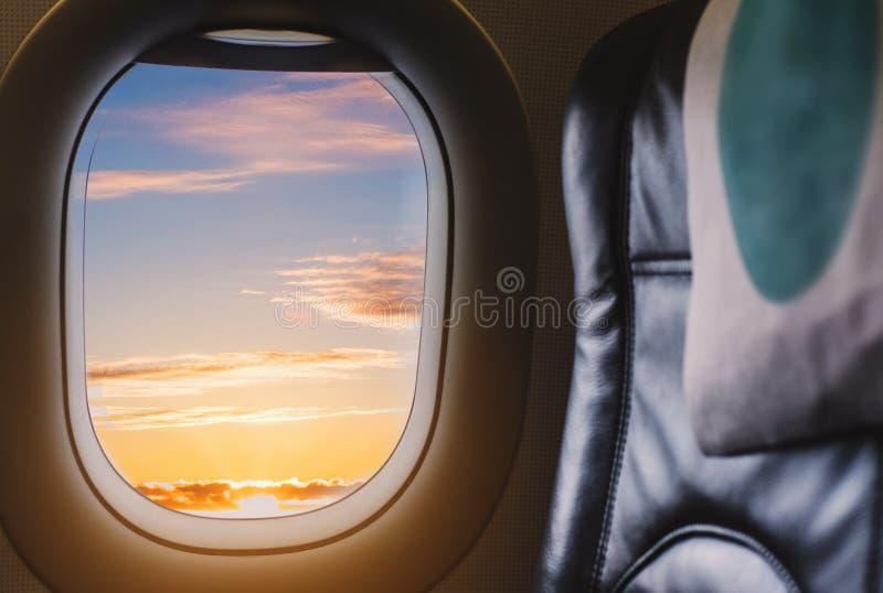 Resa av luftnivån som ser till och med det plana fönstret som tycker om härlig soluppgång från flyg- sikt arkivfoton