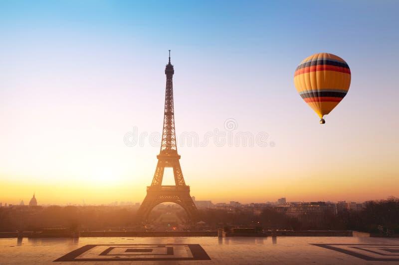 Resa begreppet, härlig sikt av ballongen för varm luft som flyger nära Eiffeltorn i Paris, Frankrike royaltyfri bild