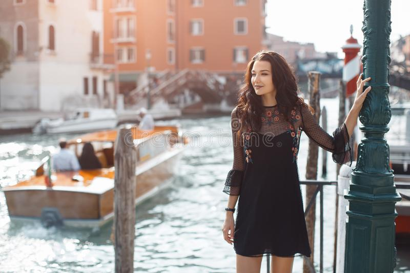 Resa den turist- kvinnan på pir mot härlig sikt på den venetian chanalen i Venedig, Italien royaltyfri fotografi