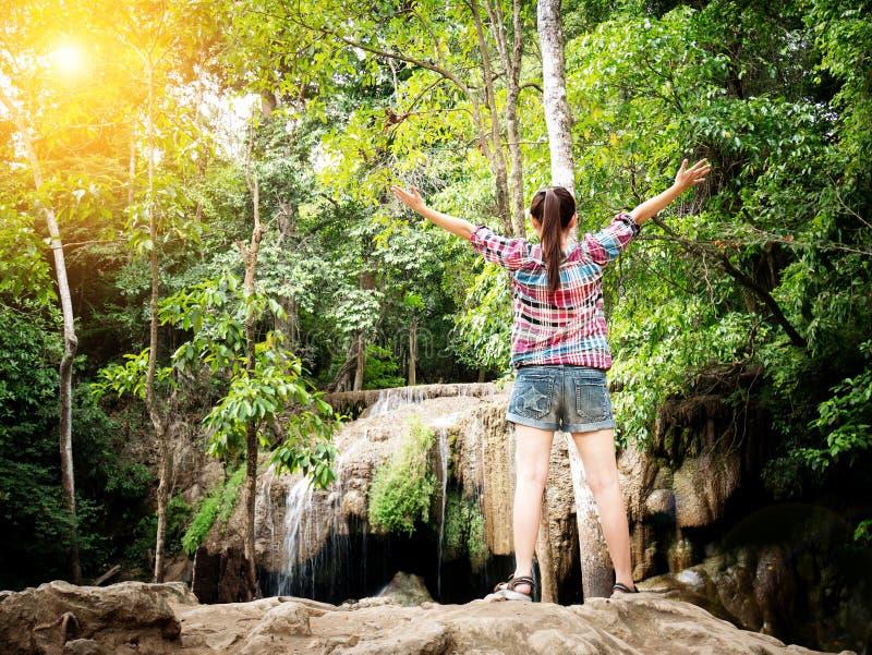 Resa det turist- begreppet för semestern - lycklig ung kvinnlig handelsresande arkivbilder