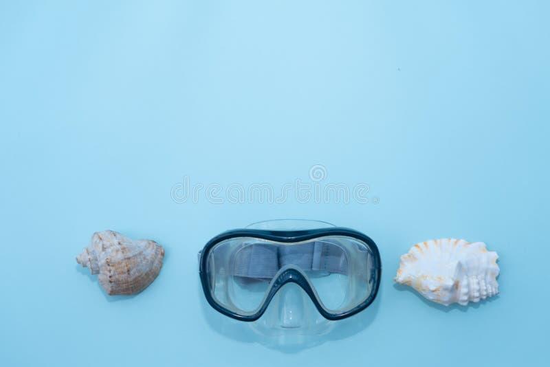 Resa eller resa, f?rbereda sig f?r semester Loppplanl?ggning Blå simma maskering på blå bakgrund Minimalismsemester arkivbilder