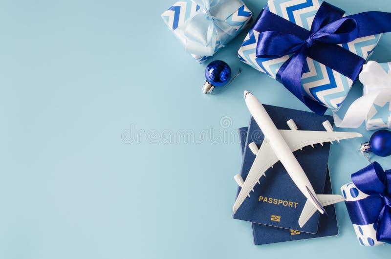 Resa för jul eller nyår Leksaksflygplan med pass och presentboxar arkivbild