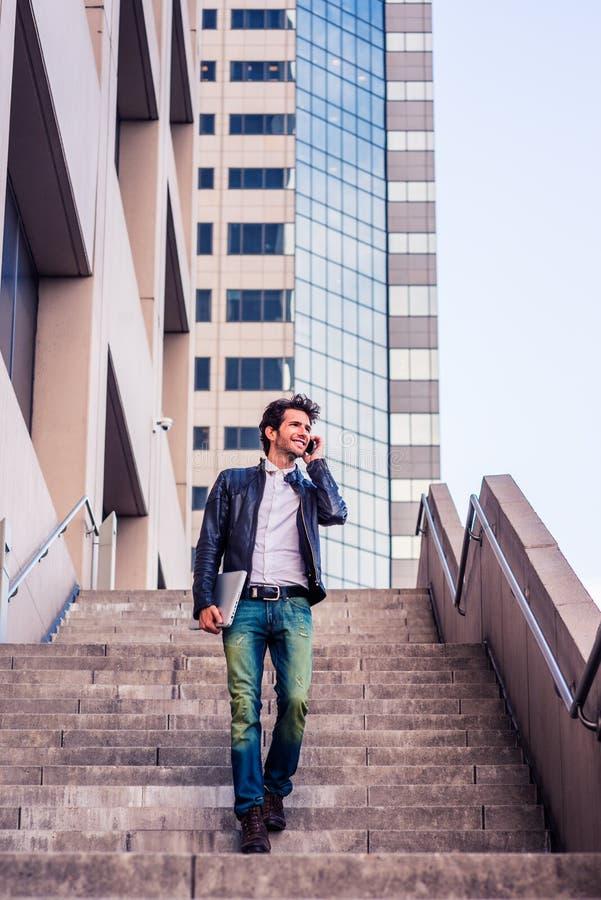 Resa för ung man som arbetar i New York arkivbild