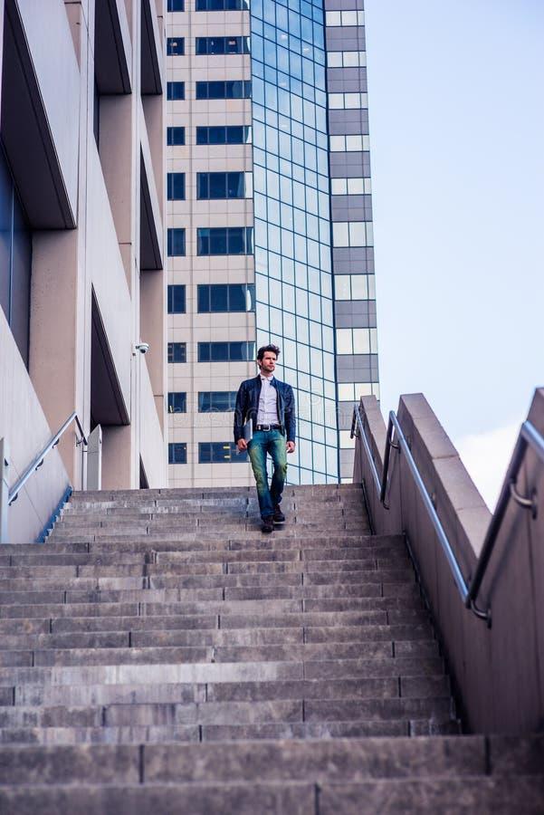 Resa för ung man som arbetar i New York fotografering för bildbyråer