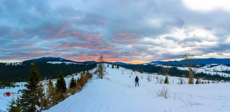 Resa fotografen beundrar den härliga soluppgången på överkanten av Carpathian berg fotografering för bildbyråer