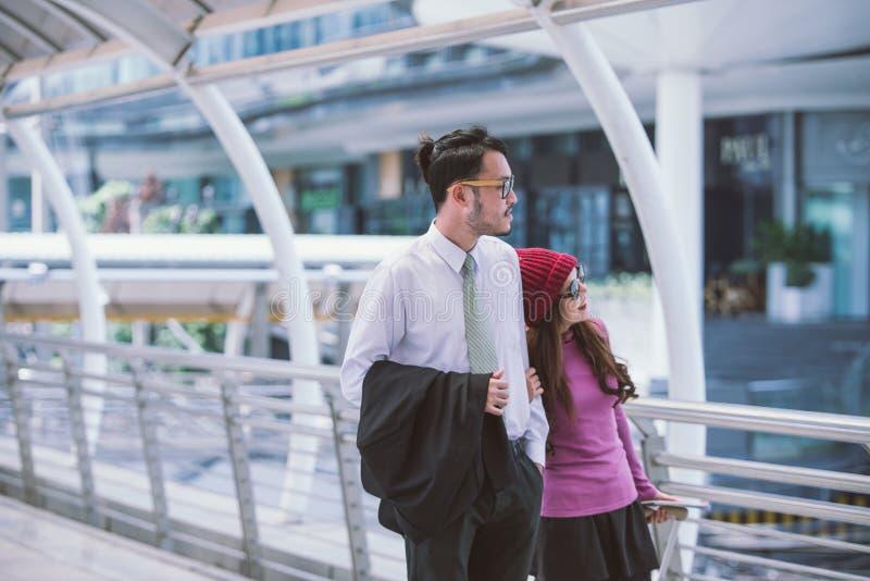 Resa inspirerade unga älska par i flygplats royaltyfri fotografi