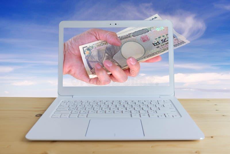 Resa kostnad, handkvinna med japanska valutayensedlar med den moderna bärbara datorn arkivbilder