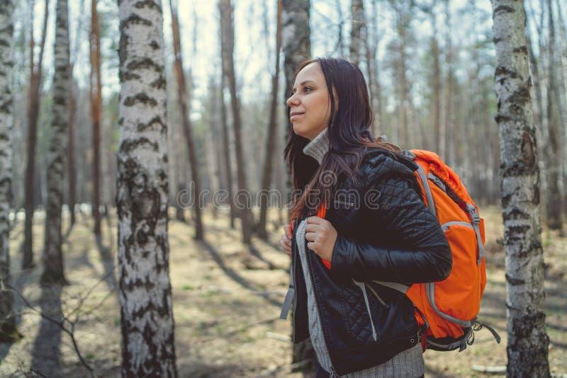 Resa kvinnan med ryggsäcken i trän arkivbilder