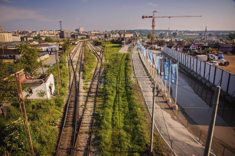 Resa med tåg bredvid en konstruktionsplats i Belgrade, Serbien royaltyfri bild