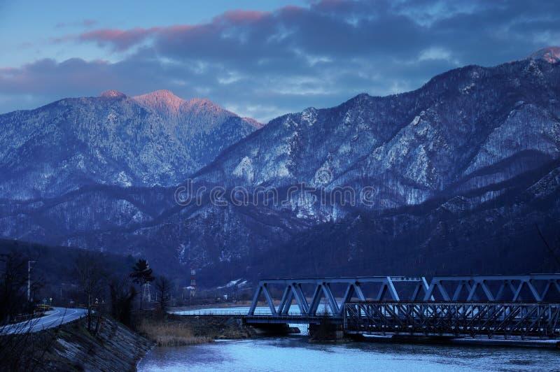 Resa med tåg bron till och med de Carpathian bergen som förbigår den Olt dalen fotografering för bildbyråer