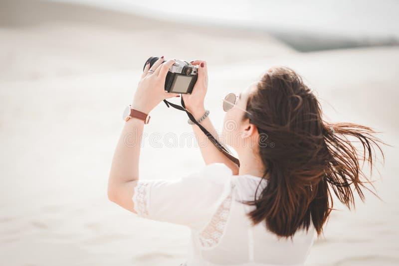 Resa och fotografi Ung kvinna med kameran som tar fotoet arkivfoton